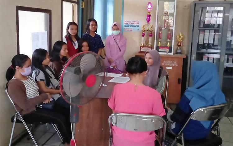 Para siswa SMKN menunggu di ruang bidang pemberdayaan sosial karena nama atau Kartu Keluarganya belum masuk DTKS online