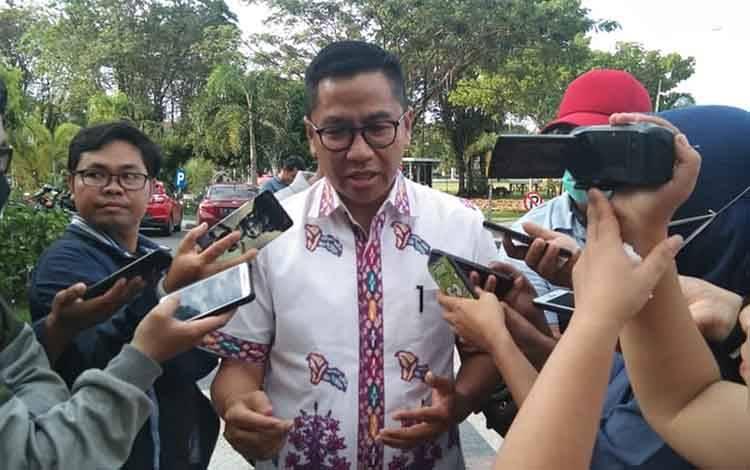 Ketua Tim Gugus Tugas Covid-19 Kalteng, Leonard S Ampung saat melakukan jumpa pers di kantor Gubernur pada Jumat, 20 Maret 2020 sore.