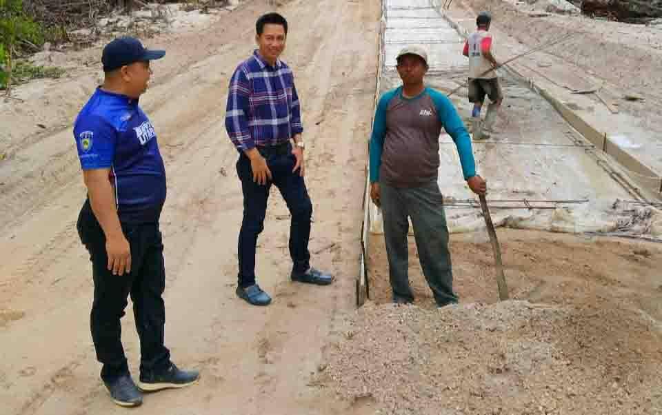 Bupati Barito Utara, Nadalsyah meninjau pengerjaan jalan Lemo - Simpang Batapah, Sabtu, 21 Maret 2020.