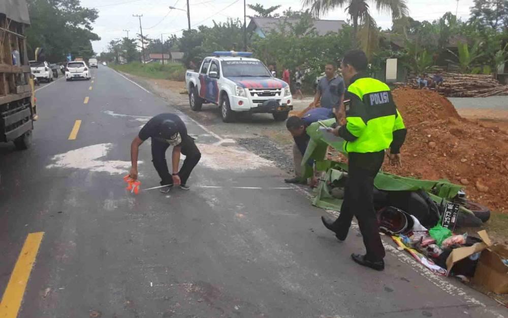 Petugas Satlantas Polres Kapuas melakukan olah TKP di lokasi kecelakaan maut, Sabtu, 21 Maret 2020 sore.
