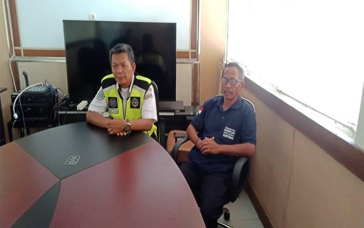 Kepala Tata Usaha  Bandara Sanggu Buntok, I Wayan Wira didampingi rekannya