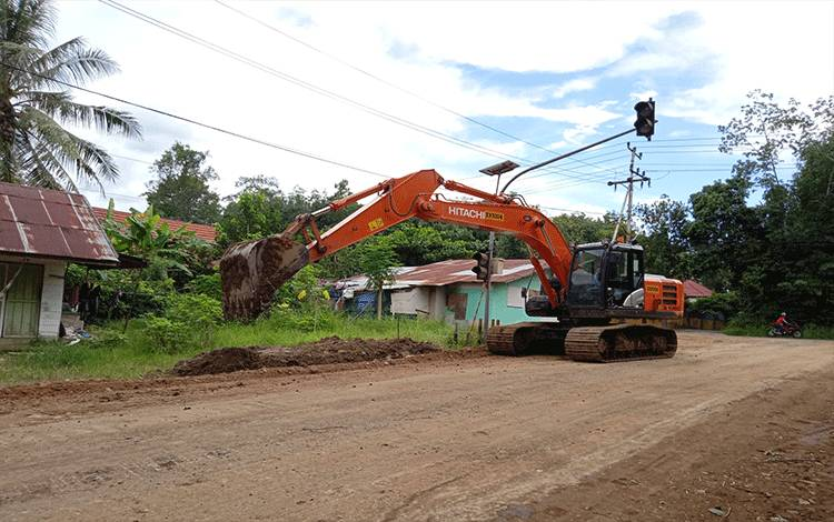 Pelebaran jalan lingkar luar di Desa Sumur Kecamatan Dusun Timur.
