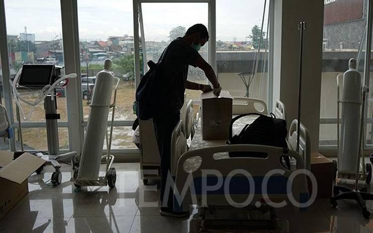 Petugas mempersiapkan tempat tidur pasien di salah satu ruangan di Wisma Atlet Kemayoran, Jakarta, Ahad, 22 Maret 2020. TEMPO/Muhammad Hidayat