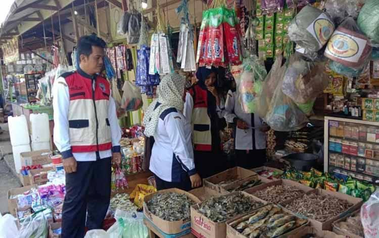 Operasi pasar guna mengontrol harga gula pasir yang dilakukan Disperindagkop Murung Raya, Senin, 23 Maret 2020.