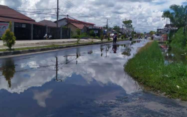 Jalan Temanggung Tilung digenangi air pasca diguyur hujan deras.