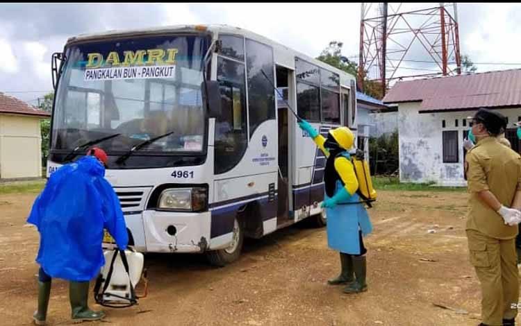 Tim gugus covid-19 lintas sektor Kecamatan Aruta menyemprotkan disinfektan ke fasilitas publik, salah satunya Bus Damri, Senin, 23 Maret 2020.