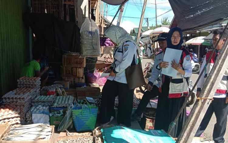 Disperindagko Murung Raya saat melakukan operasi pasar guna mengetahui langsung harga beberapa sembako selama penetapan status siaga Covid-19.