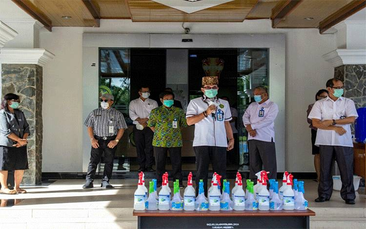 Rektor Universitas Palangka Raya, Andrie Elia saat menunjukan hand sanitizer hasil buatan mahasiswa Fakultas Kedokteran.
