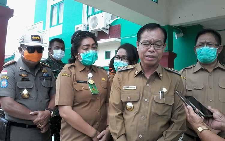 Bupati Katingan, Sakariyas didampingi Direktur RSUD Mas Amsyar Kasongan, Agnes Nissa Paulina saat memantau rumah sakit, Selasa, 24 Maret 2020