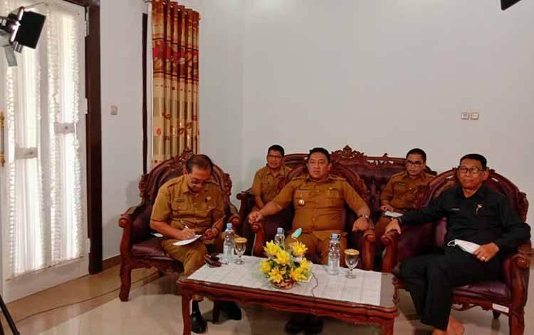 MENYIMAK: Bupati Pulang Pisau, H Edy Pratowo bersama sejumlah kepala SOPD saat melakukan video conference dengan Gubernur Kalimantan Tengah, Selasa, 24 Maret 2020 terkait penanganan virus corona.