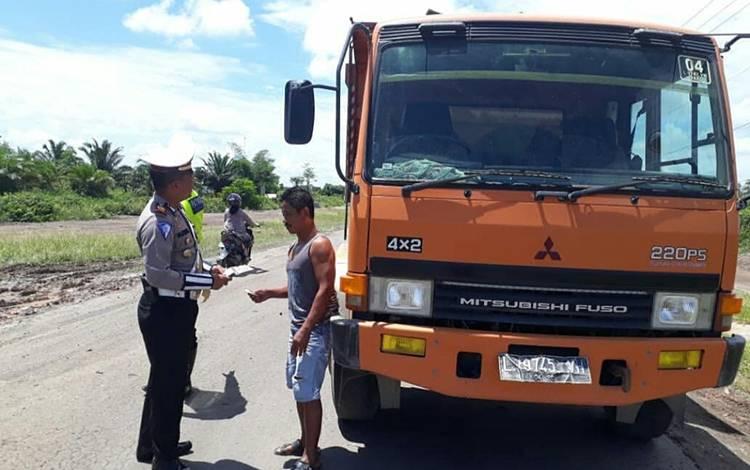 Satlantas Polres Kobar menggelar razia truk overload.