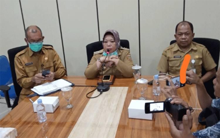 Konferensi pers Bupati Kobar Nurhidayah didampingi Kadinkes Kobar Achmad Rois dan Direktur RSUD Sultan Imanuddin Pangkalan Bun dr. Fachruddin, Selasa, 24 Maret 2020 sore.