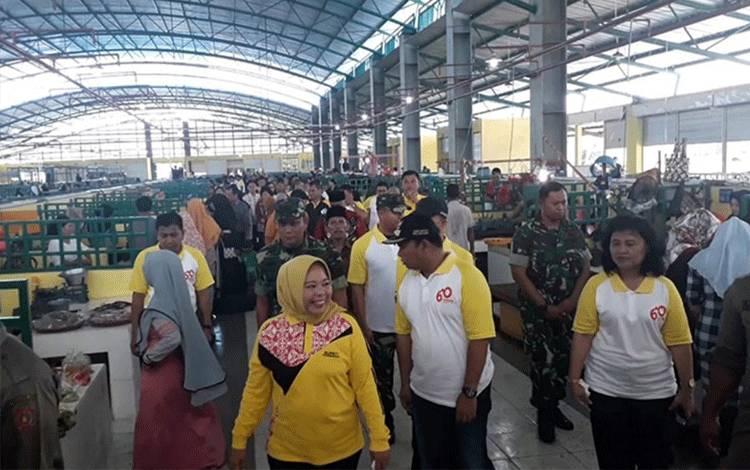 Bupati Kobar Hj Nurhidayah saat meresmikan Pasar Indra Sari Blok A dan B. Bupati tegaskan, untuk saat ini meski darurat Covid-19 pasar tetap dibuka.