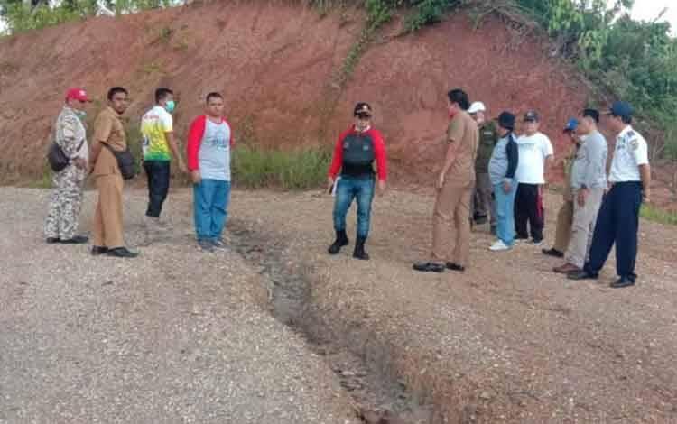 Bupati Bartim Ampera AY Mebas bersama rombongan meninjau jembatan yang belum diperbaiki di atas Sungai Garunggung di Dusun Gunung Krasik Kecamatan Awang, beberapa waktu lalu.