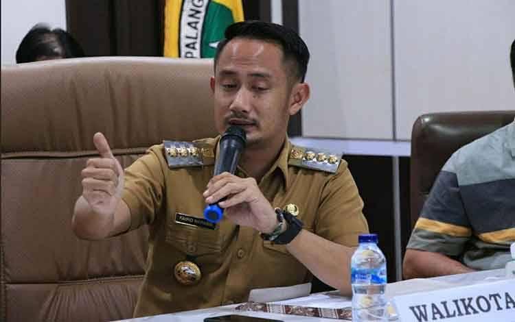 Wali Kota Palangka Raya Fairid Naparin pastikan insentif petugas aman.