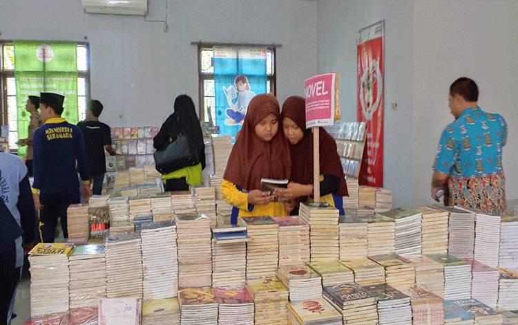 Pelajar saat melihat-lihat buku pada acara pameran buku di Gedung Gawi Barinjam.