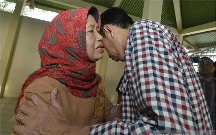 Dokumentasi - Calon presiden Joko Widodo (kanan) memeluk Ibunda Sujiatmi Notomihardjo (kiri) usai melakukan ziarah ke makam Ayahanda Alm. Widjiatno Notomihardjo di Tempat Pemakaman Keluarga, di Desa Gedangrejo, Karanganyar, Jawa Tengah, Sabtu (14/6). ANTARA FOTO/Widodo S. Jusuf/pras.