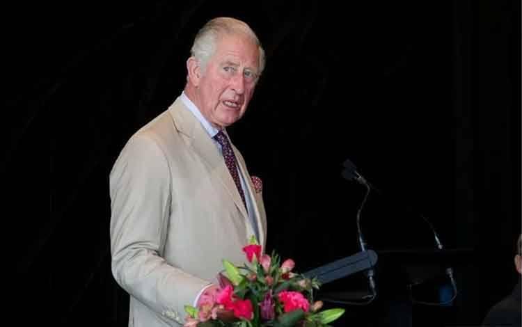 Pangeran Charles meilhat ke arah luar jendela di Christchurch Cathedral saat ia berbicara kepada tamu undangan saat resepsi Christ Church Cathedral di Perpustakaan Turanga, Christchurch, Selandia Baru, Jumat (22/11/2019). ANTARA FOTO/Marty Melville/Pool via REUTERS/aww/cfo