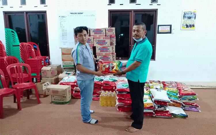 Manager GAL dan LC PT MKM, Nasir Riyadi menyerahkan bantuan untuk korban banjir di Desa Gandang Barat, Kecamatan Maliku, Rabu, 25 Maret 2020.