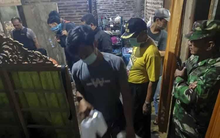 Petugas melakukan penggeledahan di rumah terduga teroris di Dukuh Ngepung, Subah, Kabupaten Batang, Jawa Tengah, Rabu (25/3/2020) . ANTARA FOTO/Koramil Subah/hpp/foc. (ANTARA FOTO/Harviyan Perdana Putra)