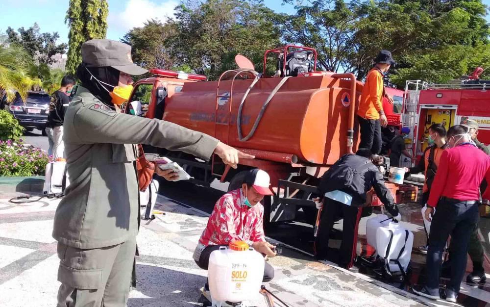 Personel dan relawan yang dilibatkan untuk penyemprotan disinfektan massal di Palangka Raya, Kamis, 26 Maret 2020.