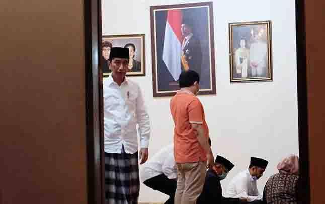 Presiden Jokowi (kiri) bersiap memberikan keterangan pers terkait wafatnya ibunda Presiden Joko Widodo, Sudjiatmi Notomihardjo di rumah duka, Sumber, Banjarsari, Solo, Jawa Tengah, Rabu, 25 Maret 2020. (foto : ANTARA via teras.id)