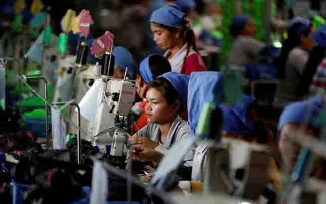 Sejumlah buruh wanita saat membuat sepatu yang diproduksi di Complete Honor Footwear Industrial, sebuah pabrik alas kaki yang dimiliki oleh sebuah perusahaan Taiwan, di Kampong Speu, Kamboja, 4 Juli 2018. (foto : reuters via teras.id)