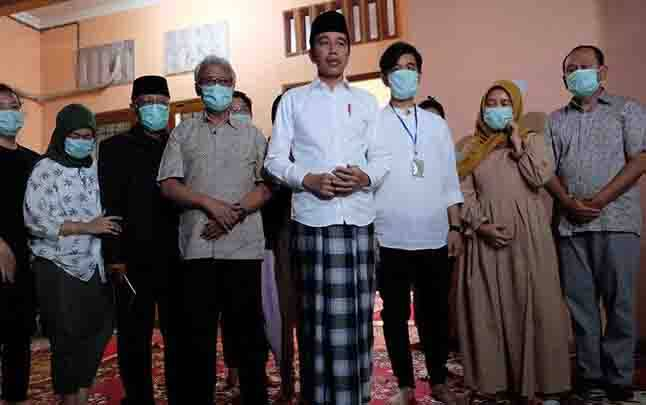 Presiden Jokowi (tengah) didampingi putra sulung presiden, Gibran Rakabuming Raka (ketiga kanan) beserta keluarga memberikan keterangan pers di rumah duka, Sumber, Solo, Jawa Tengah, Rabu, 25 Maret 2020. (foto : ANTARA via teras.id)
