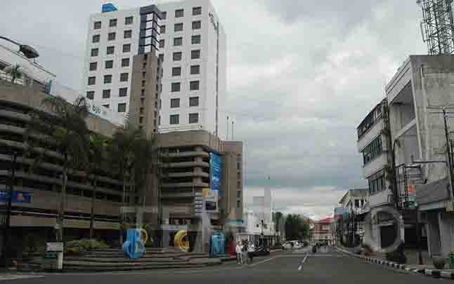 Suasana lengang di kawasan pusat Kota Bandung, Ahad, 22 Maret 2020. Hingga 22 Maret 2020 sudah 514 orang yang terinfeksi virus corona di Indonesia. (foto : tempo.co)