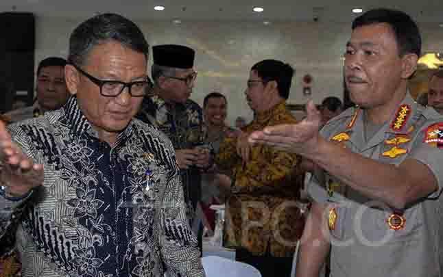 Menteri ESDM Arifin Tasrif (kiri) berbincang dengan Kapolri Jenderal Pol Idham Aziz seusai penandatanganan pernyataan bersama di Kantor Kementerian ESDM, Jakarta, Kamis, 9 Janauri 2019. (foto : tempo.co)