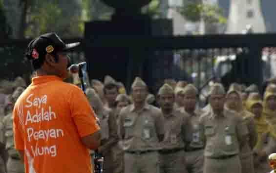 Walikota Surakarta, FX Hadi Rudyatmo memberikan arahan kepada jajarannya, pada 30 Mei 2016. (foto : tempo.co)