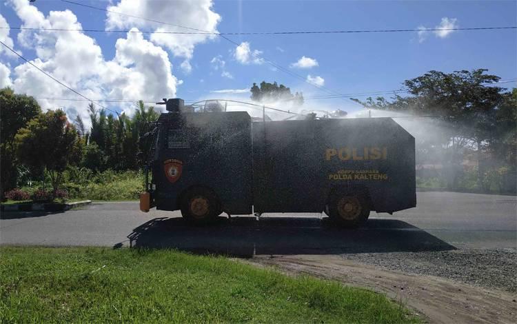 Mobil armoured water canon dikerahkan untuk melakukan penyemprotan disinpektan