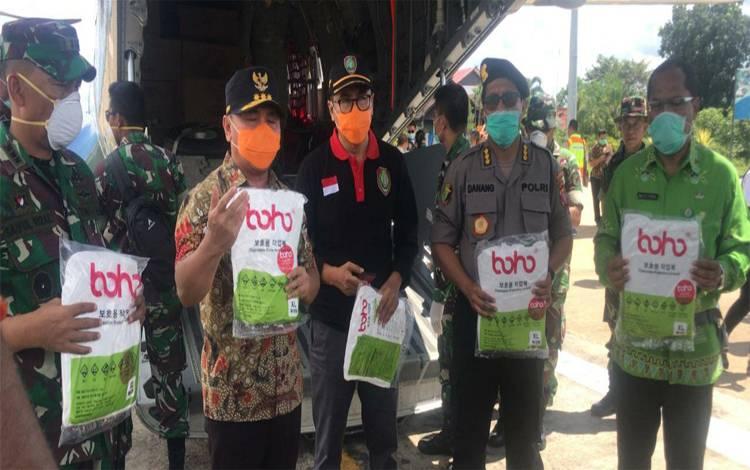 Gubernur Kalteng, Sugianto Sabran memperlihatkan bantuan 2.000 pieces APD dari pemerintah pusat untuk menangani Covid-19