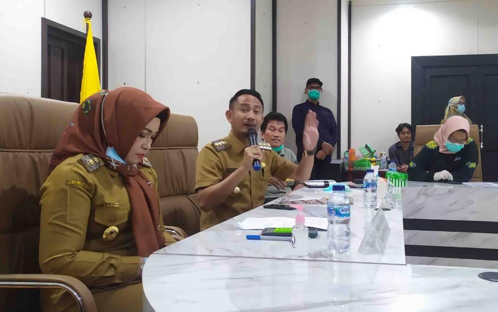 Wali Kota Palangka Raya, Fairid Nafarin (tengah) saat memberikan arahan.