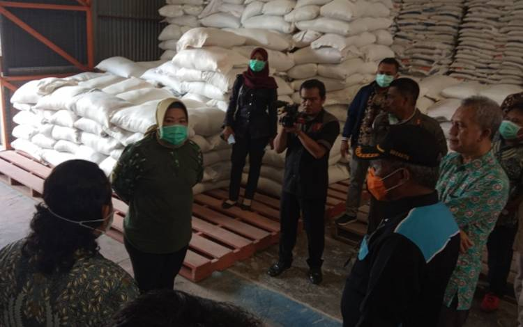 Bupati Kobar Nurhidyah mengecek ketersediaan pangan di gudang Bulog Subdivre Pangkalan Bun, Kamis, 26 Maret 2020