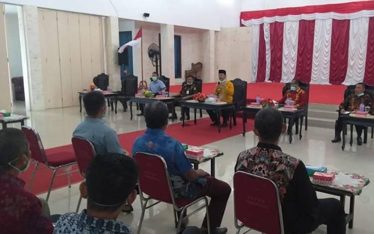 Pelaksanaan pertemuan antara Pemkab Sukamara dengan perusahaan perkebunan