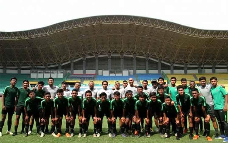 Foto Ilustrasi: Timnas U-16 Indonesia berfoto dengan pelatih dan ofisial usai mengikuti latihan di Lapangan Stadion Patriot Candrabhaga, Bekasi, Jawa Barat, Selasa (17/12/2019). ANTARA FOTO/Risky Andrianto/pras.