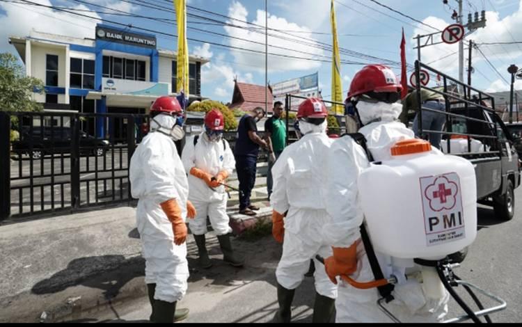 Relawan dari PMI Kobar saat melakukan penyemprotan disinfektan di ruang publik