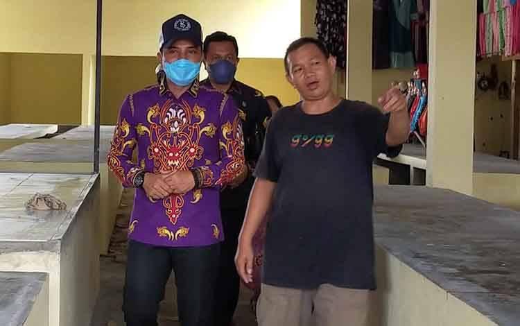 Bupati Kotim Supian Hadi saat berkunjung ke Pasae Keramat Sampit. Sementara, pungutan parkir di ruas jalan dalam Kota Sampit, mulai besok dibebaskan, Kamis, 26 Maret 2020.