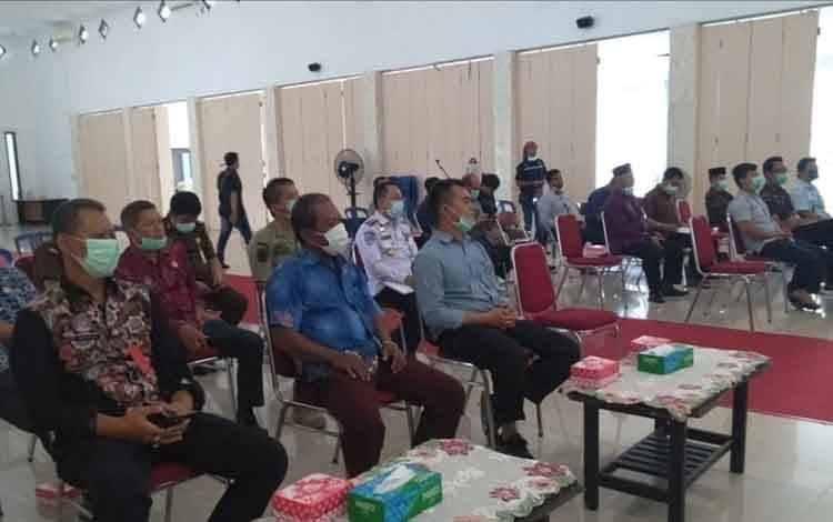 Pelaksanaan pertemuan antara Pemkab Sukamara dengan pihak perusahaan perkebunan di aula kantor bupati setempat.