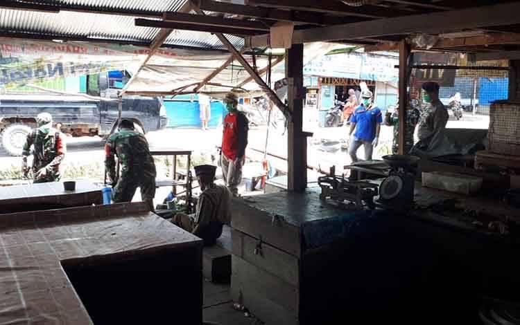 Pasar sayur dan ikan Pembuang Hulu dilakukan sterilisasi dengan penyemprotan disinpektan