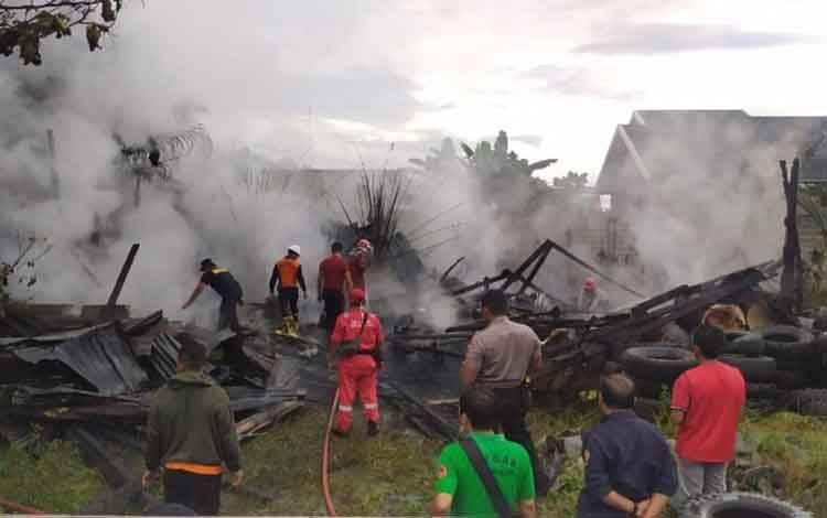 Petugas Damkar Kobar saat bertugas memadamkan api di gudang PT Tanjung Menthobi, Jalan H. M Rafii, Desa Pasir Panjang, Pangkalan Bun, Kamis, 26 Maret 2020