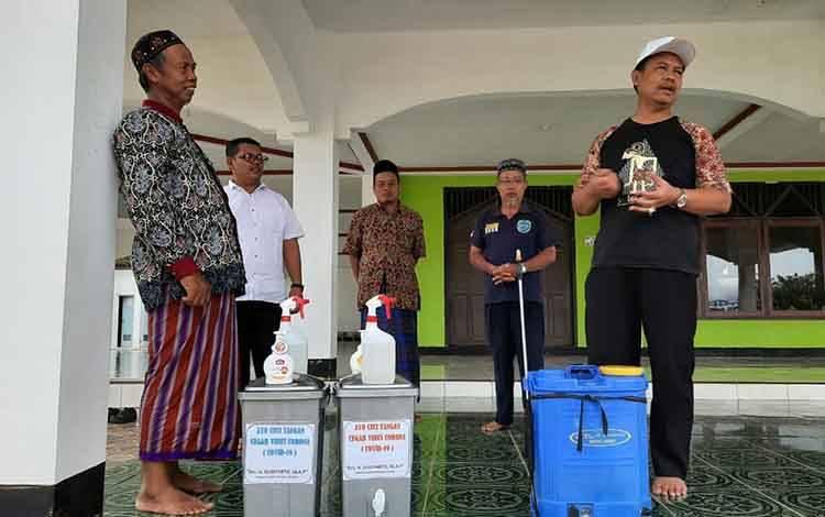 Anggota DPRD Kalteng asal Lamandau saat memberikan alat pencegahan penyebaran Covid-19 di Masjid Jami Nurul Hikmah Desa Bina Bhakti, Kecamatan Sematu Jaya, Kamis 26 Maret 2020.