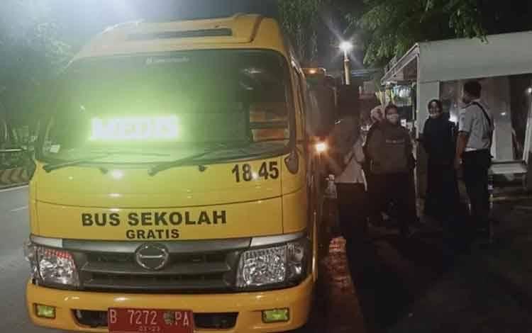 Bus Sekolah menjemput tenaga medis COVID-19 di salah satu rumah sakit di Jakarta, Rabu (25/3/2020). (ANTARA/HO-Dishub DKI).
