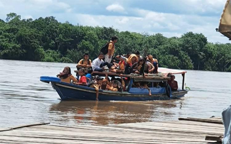 Lintasi Jalur Air, Anak-Anak di Desa Paring Lahung Pertaruhkan Keselamatan Untuk Bersekolah