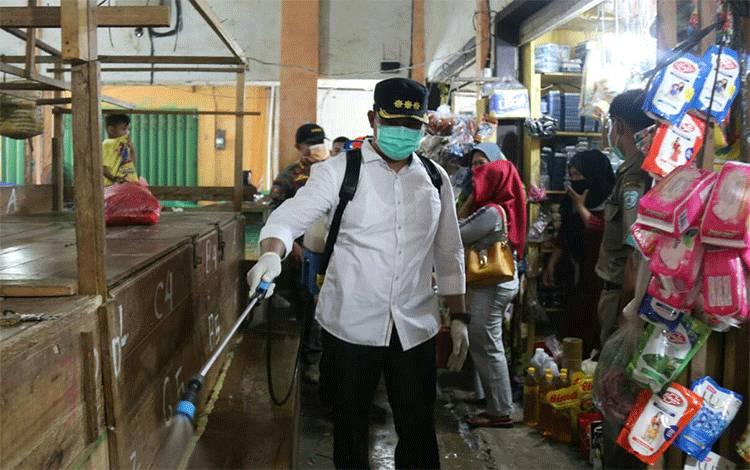 Bupati Hendra Lesmana ikut melakukan penyemprotan disinfektan di Pasar Saik Nanga Bulik, Kamis 26 Maret 2020.