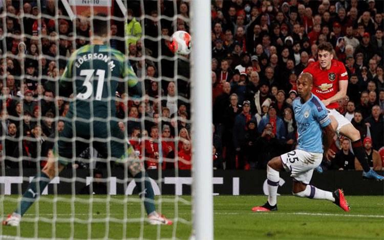 Penyerang Manchester United Daniel James, melakukan tendangan ke gawang Manchester City dalam pertandingan Liga Inggris di Old Trafford, Manchester, 9 Maret 2020. REUTERS/Phil Noble