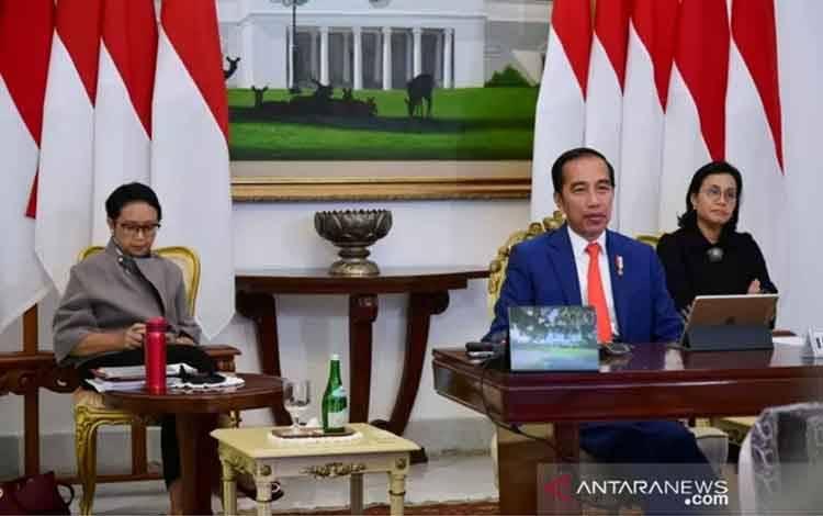 Presiden Joko Widodo bersama dengan Menteri Keuangan Sri Mulyani Indrawati dan Menteri Luar Negeri Retno Marsudi mengikuti KTT Luar Biasa G20 secara virtual dari Istana Kepresidenan Bogor, Kamis (26/3). (Muchlis Jr - Biro Pers Sekretariat Presiden)