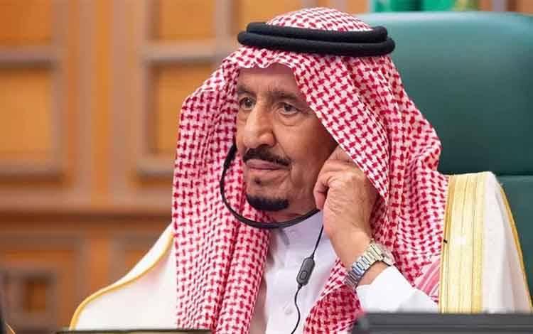Raja Arab Saudi Salman bin Abdulaziz mengikuti KTT G20 secara virtual di Riyadh, Kamis (26/3/2020). KTT G20 kali ini mengangkat tema utama tentang penanggulangan pandemi COVID-19. ANTARA FOTO/Bandar Algaloud/Courtesy of Saudi Royal Court/Handout via REUTERS/pras.