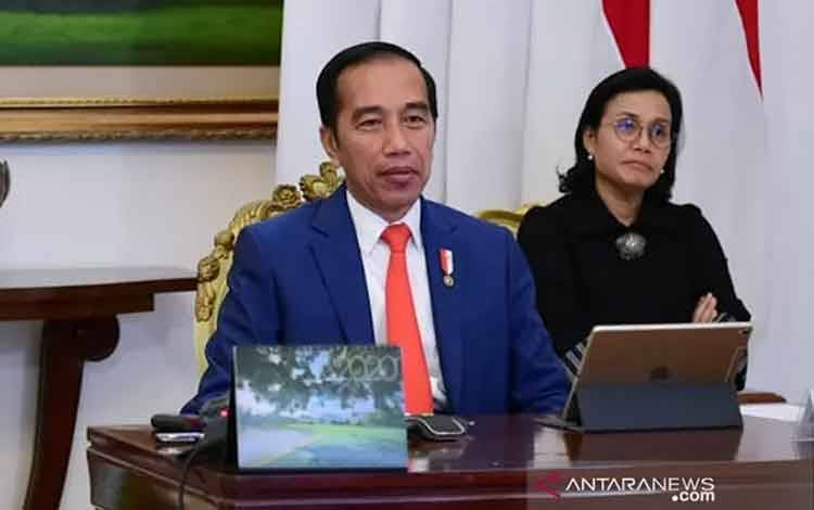 Presiden Joko Widodo (tengah) didampingi Menlu Retno Marsudi (kiri) dan Menkeu Sri Mulyani mengikuti forum KTT Luar Biasa G20 secara virtual dari Istana Bogor, Jawa Barat, Kamis (26/3/2020). ANTARA FOTO/HO-Biro Pers Sekretariat Presiden/Muchlis Jr/sgd/aww/aa.